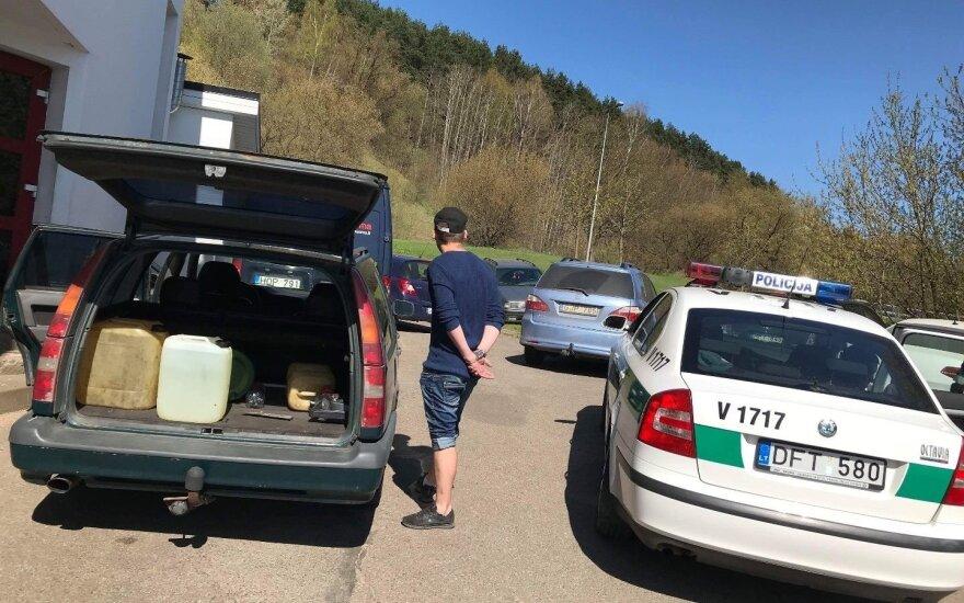 Degalų vagišiai Vilniuje: vienas vogė prie pareigūnų, kitas – sprukdamas apgadino 3 automobilius