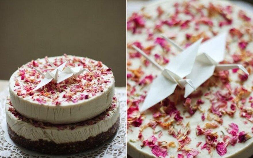 Žaliavalgiškas svajonių tortas su rožių žiedlapiais ir naminis šokoladas
