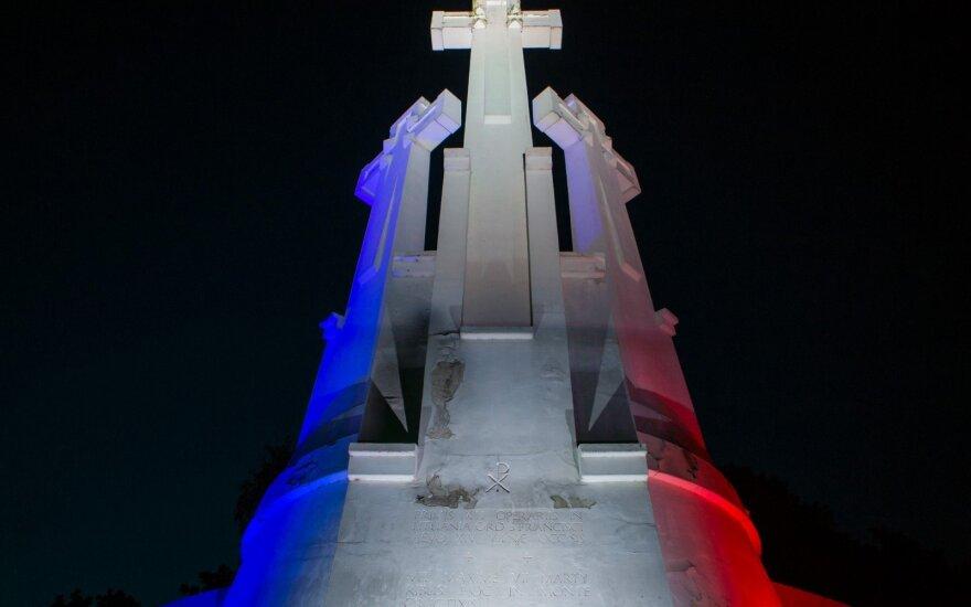 Trijų Kryžių paminklas Vilniuje nušvito Prancūzijos vėliavos spalvomis