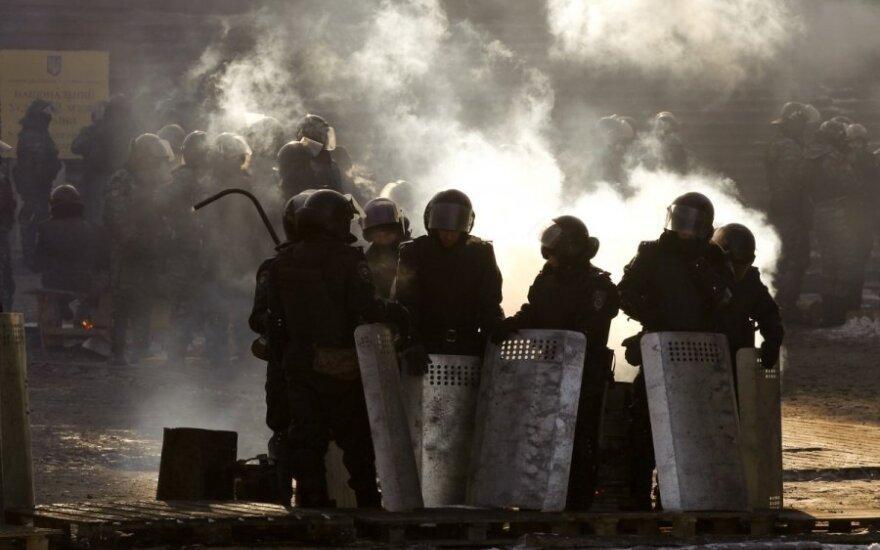 """Žurnalistai pirmąkart atsidūrė už """"Berkut"""" įtvirtinimų: ką pamatė, juos pribloškė"""