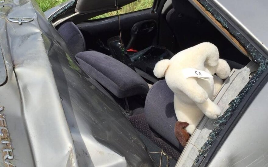 Klaipėdoje po smūgio į ženklą vertėsi automobilis, vairuotojas prarado sąmonę