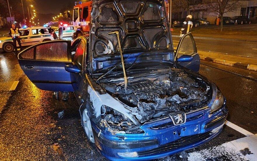 Vilniuje į greitosios pagalbos sireną nesureagavusio vairuotojo automobilis užsidegė