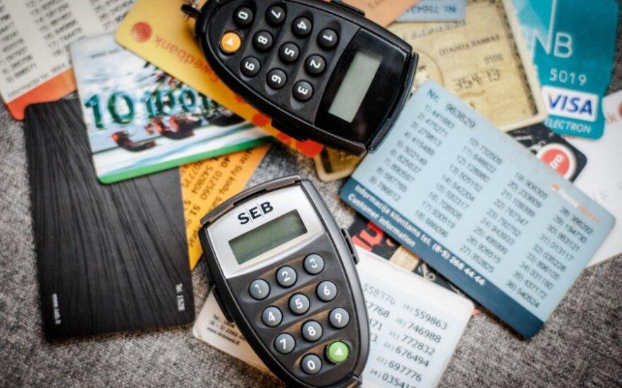 Bankai sparčiai atsisako kodų kortelių – liks tik viename banke