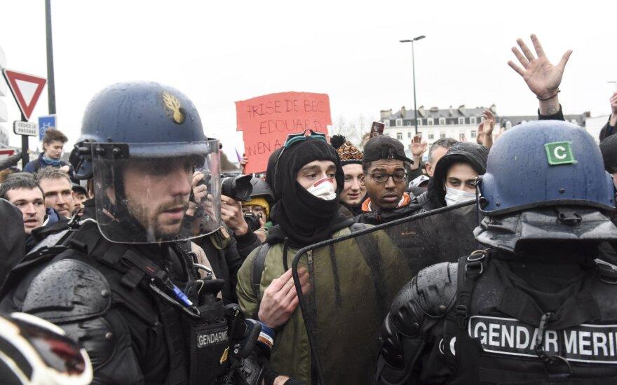 Prancūzijoje dėl pensijų reformos į gatves išėjo šimtai tūkstančių žmonių