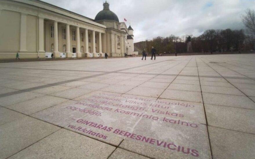 Vilniaus universiteto dovana sostinei: intelektualų mintys senamiesčio takuose
