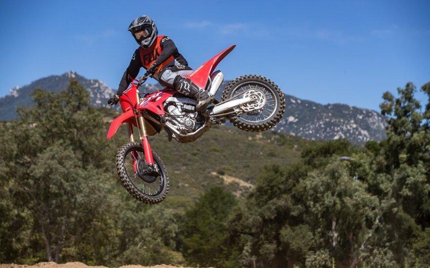 Pristatė naują motokroso flagmaną: žinių sėmėsi lenktynių trasoje