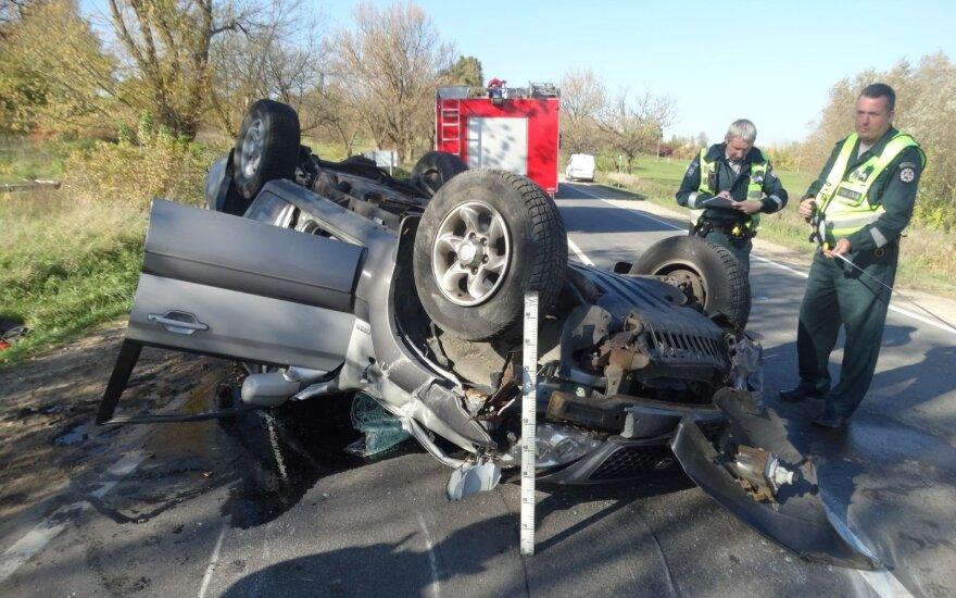 Iš vidury kelio apvirtusio visureigio vairuotoją gelbėjo ugniagesiai