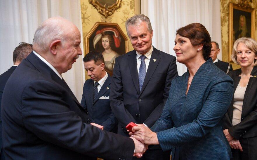 Vizito Italijoje metu – jautri akimirka: teikdamas dovaną Nausėdienei pravirko Maltos ordino Didysis Magistras