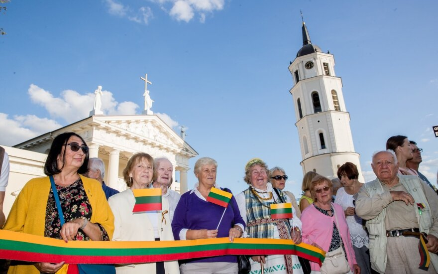 Over 10,000 people join hands in Vilnius to mark 30 years since Baltic Way
