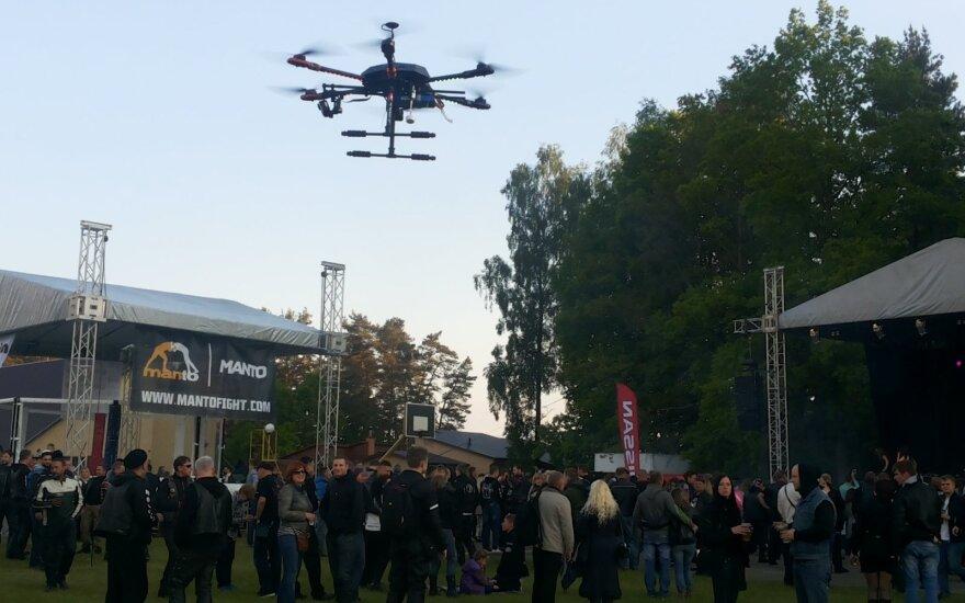 Nusitaikė į dronus: laisvas skraidymas baigiasi