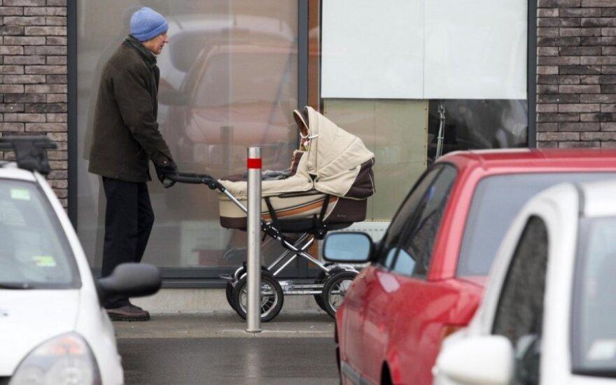 Lenkijos planai: po bankų ir prekybos centrų imasi šeimų