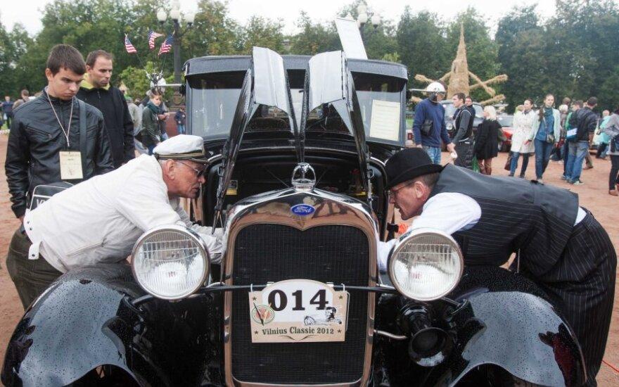 Senovinių automobilių gerbėjai sezoną baigė paradu Vilniaus gatvėmis
