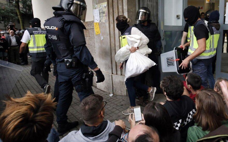 Chaosas Katalonijoje pirmadienį smukdo eurą