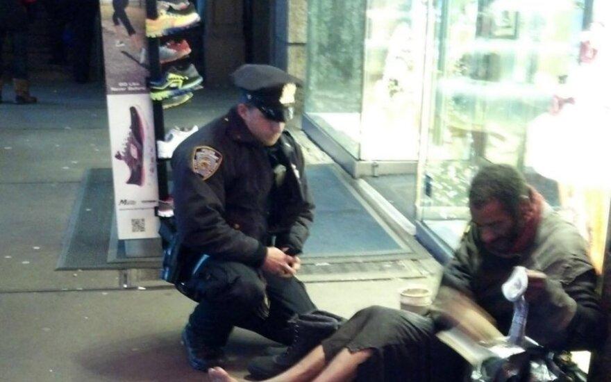 Policininkas Larry DePrimo prie benamio