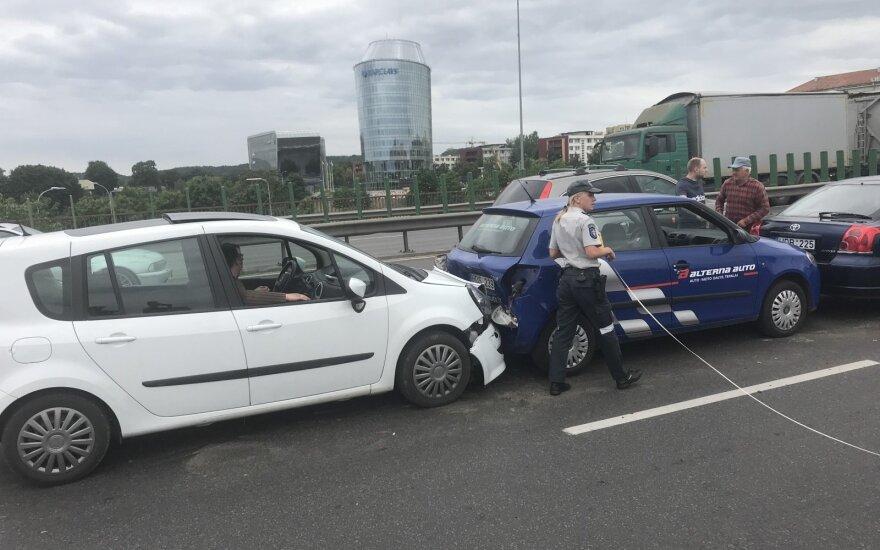 Vakarinių spūsčių metu Vilniuje, ant tilto, susidūrė trys automobiliai