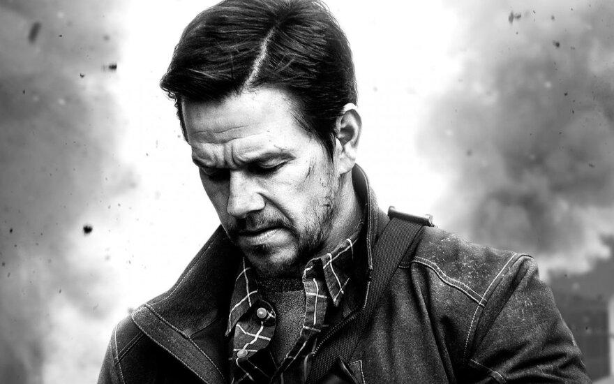 """Markas Wahlbergas, kadras iš filmo """"22-oji mylia"""""""