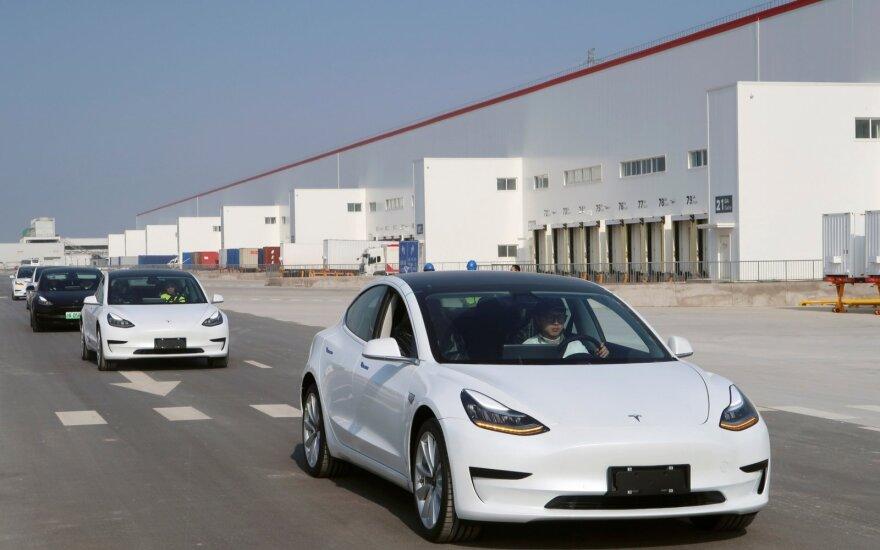 """Kinijoje nuo konvejerių pradėjo riedėti pirmieji """"Tesla"""" automobiliai"""