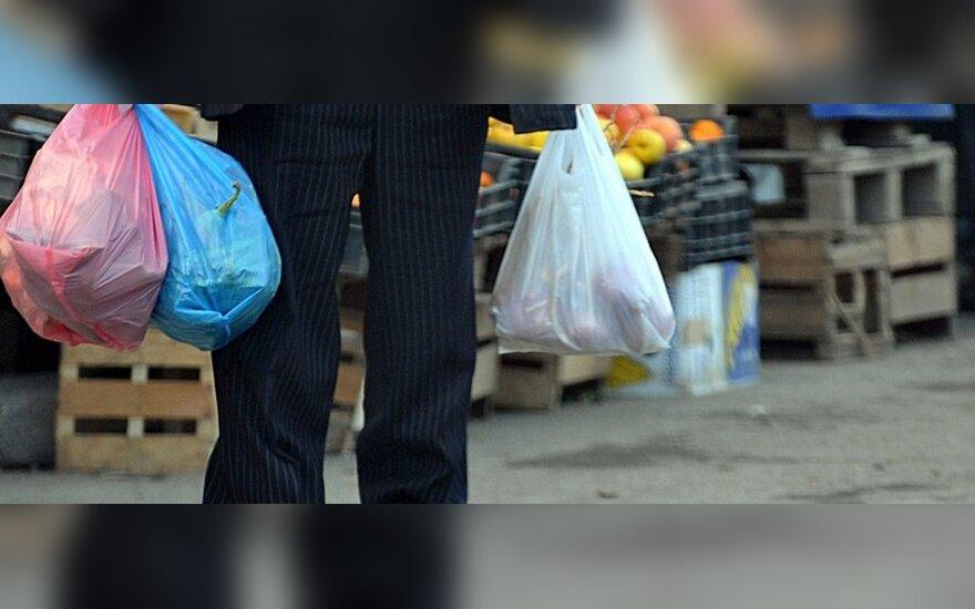 Europos Komisija svarsto uždrausti plastikinius maišelius pirkiniams