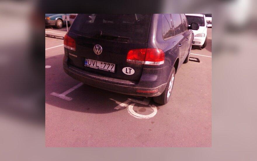 Volkswagen Touareg prie prekybos centro BIG, Vilniuje