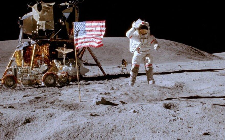 """NASA astronautai Mėnulyje (""""Apollo 16"""" misija)"""