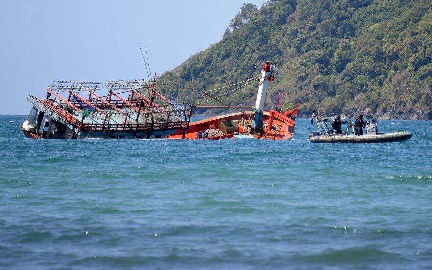 Krokodilų knibždančiuose vandenyse ant seklumos užplaukė laivas