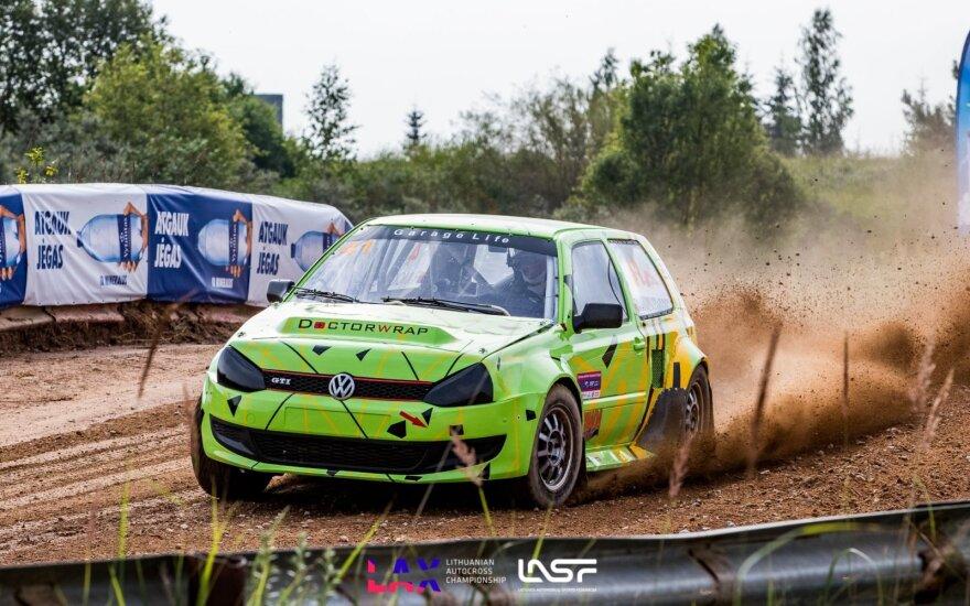Autokroso čempionato etapą Ukmergės rajone bandė pasiglemžti liūtis