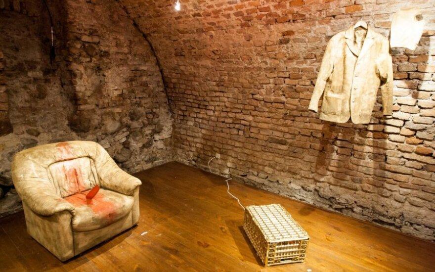 Performanso su išmatomis VDA norėjęs menininkas savo idėją įgyvendino galerijoje šalia Aušros Vartų