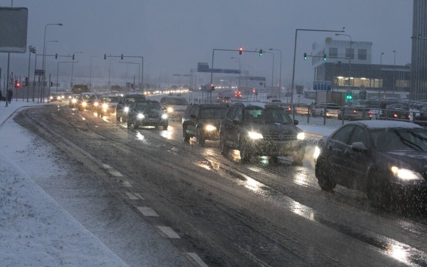 Slidus kelias, automobiliai (asociatyvi nuotr.)