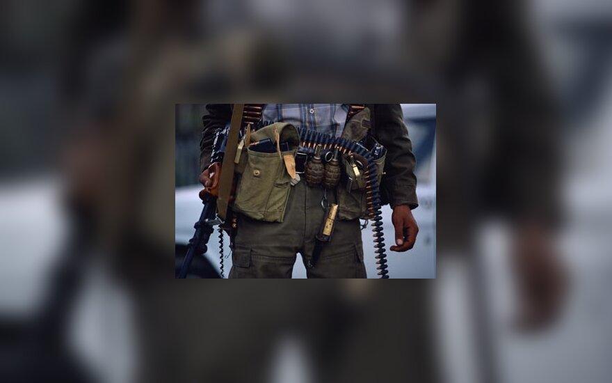 Kovotojas su ginklu, ginklas, sprogmenys