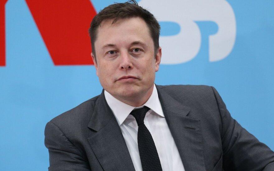 """""""Tesla"""" steigėjas ir """"Disney"""" vadovas traukiasi iš Baltųjų rūmų patarėjų gretų"""