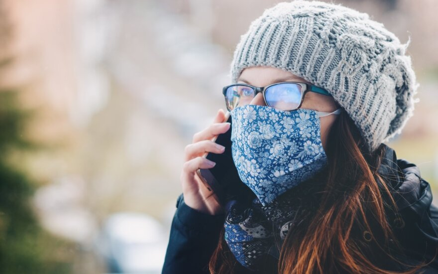 Išmanusis telefonas ir veido kaukė