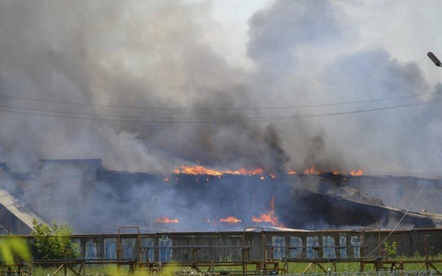 Ukraina: liepsnose skendi Mariupolio oro uostas ir karinis dalinys, aidi šūviai