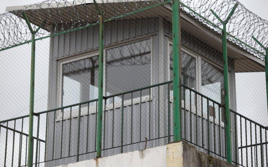 Pravieniškėse – dar negirdėtas skandalas: naktį kaliniai įsibrovė į parduotuvę ir ją apiplėšė