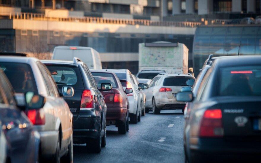 Vairuotojams – perspėjimas: dėl pavojaus kelyje teks riboti greitį, kelio danga nesaugi