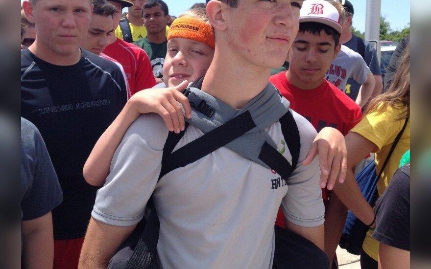 Paauglys 64 km ant nugaros nešė brolį