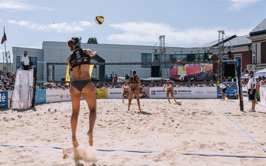 Paplūdimio tinklinio rungtynių akimirka (Domo Rimeikos nuotr.)