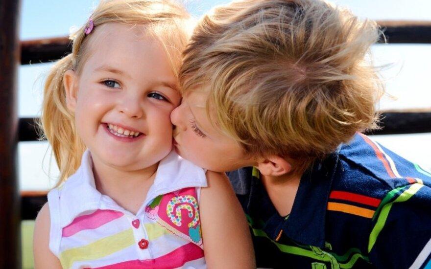 vaikas,berniukas, mergaitė, bučinys, pirmoji meilė, draugystė,