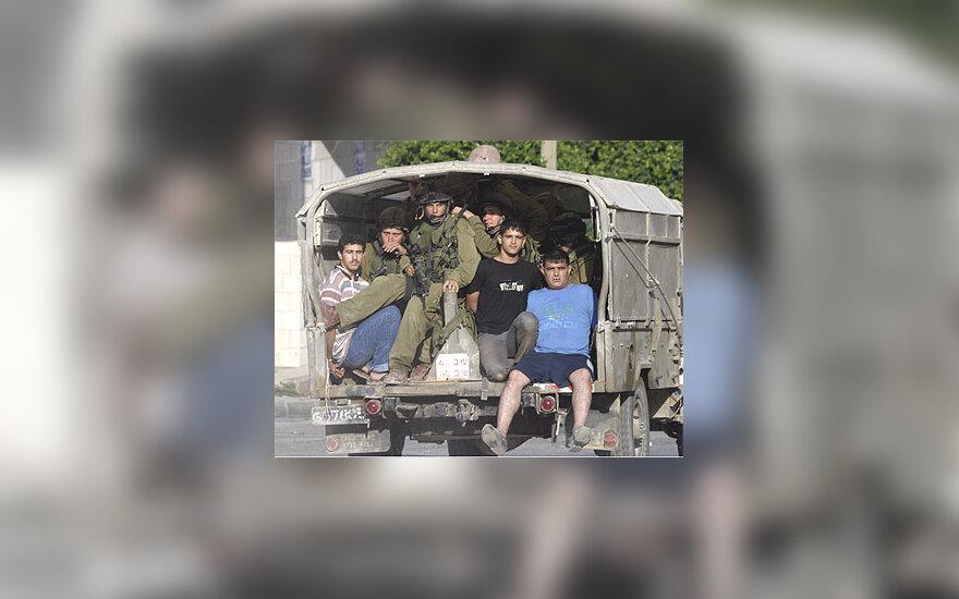 Izraelio kariai saugo suimtus palestiniečius