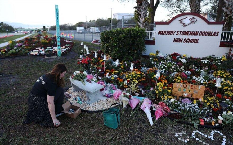 Floridoje pagerbtos Parklando šaudynių mokykloje aukos
