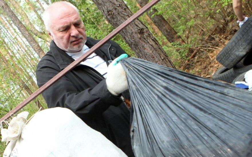 """Aplinkos ministras V. Mazuronis akcijos """"Darom"""" metu tvarkė mišką prie Žaliųjų ežerų"""