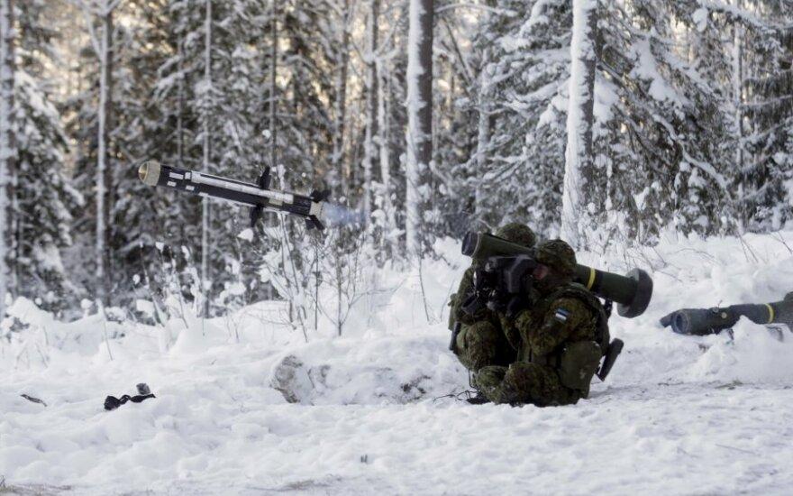 """Estija išbandė trečios kartos prieštankinių raketų sistemas """"Javelin"""""""
