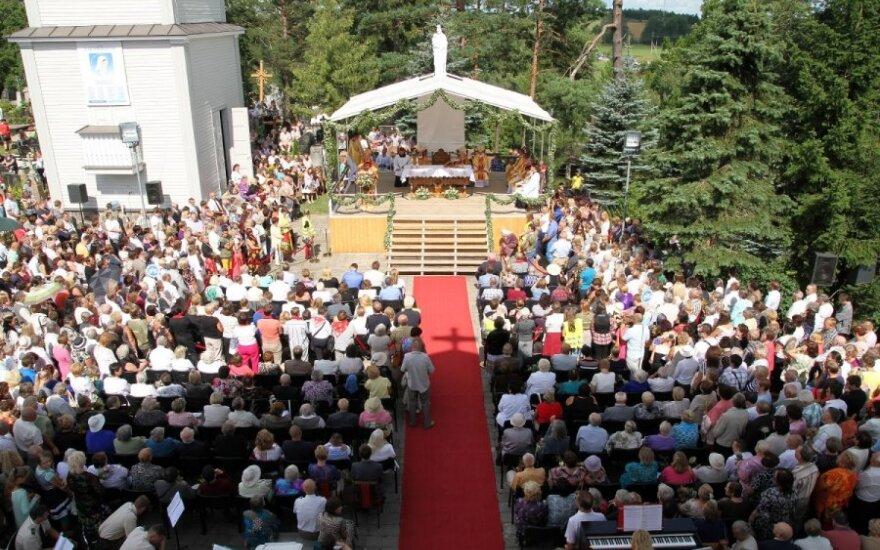 Žolinė: maldininkai tvindo prieigas prie šventovių