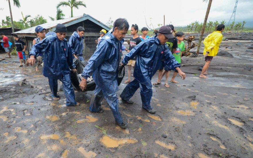 """Filipinus siaubia taifūnas """"Goni"""", pranešama apie mažiausiai 7 žuvusiuosius"""