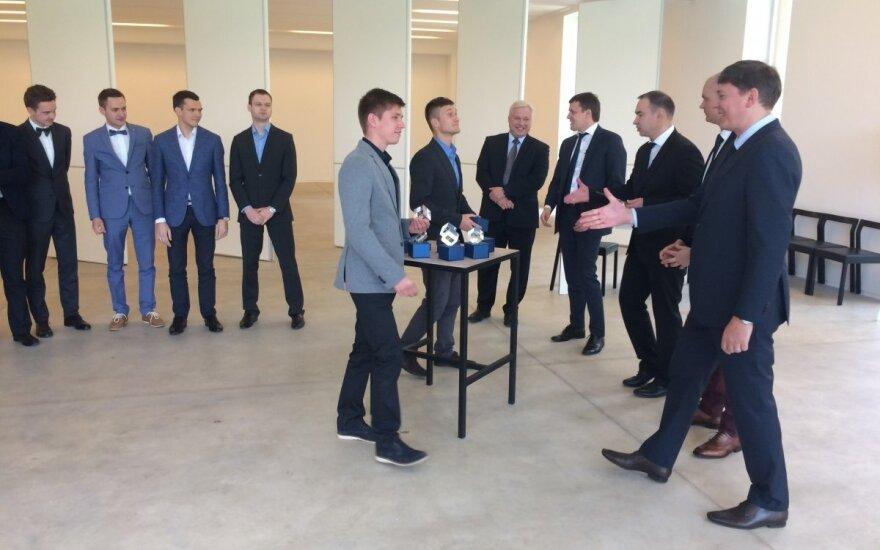 """Atminimo dovanas visiems laidos """"Startas"""" dalyviams įteikė ūkio viceministras M. Skarupskas. """"Alovita"""" konstruoja sunkius ligonius nuo pragulų apsaugančią lovą"""