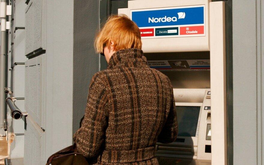 Užgrobtų pinigų neatgaunanti banko klientė: koks pensininkas jau būtų badu miręs