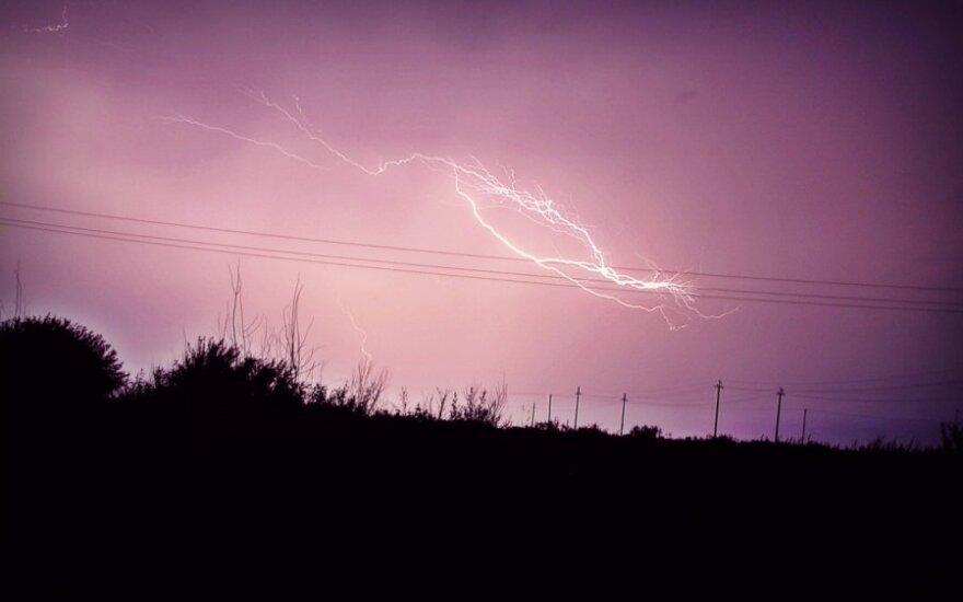 Žaibas sudrebino visą kaimą: pirmą kartą gyvenime patyrė tokį išgąstį