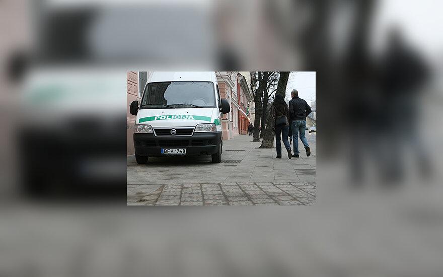 Policijos automobilis ant šaligatvio