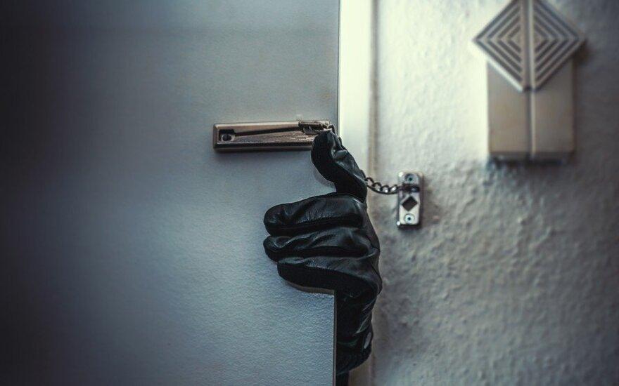 Klaipėdoje vakare į namus grįžusi moteris pranešė apie 4 tūkst. eurų ir brangių papuošalų vagystę