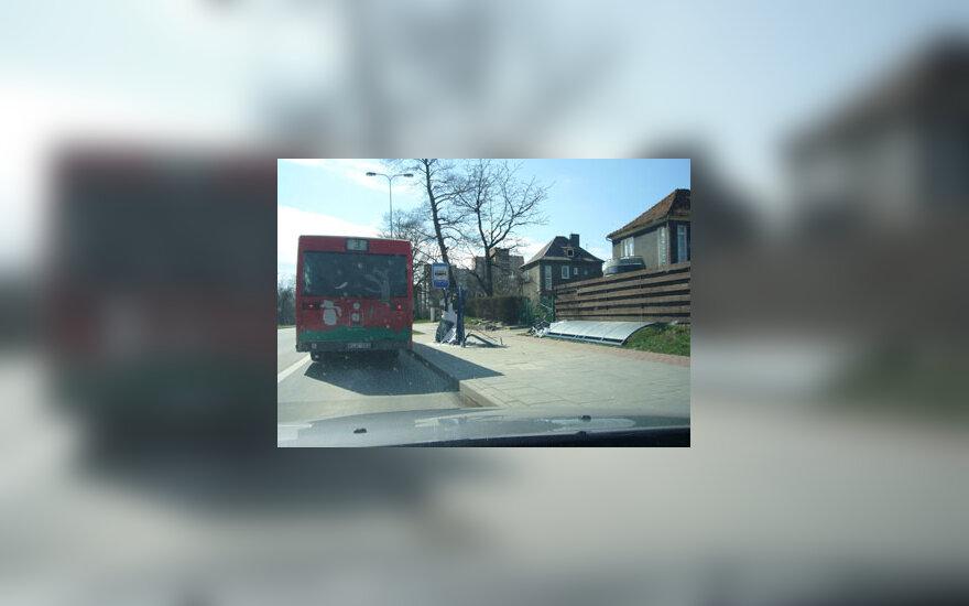 Vairuotojo nuniokota autobusų stotelė