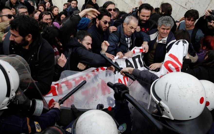 Graikijoje protestuojantys mokytojai nutraukė televizijos naujienų laidą